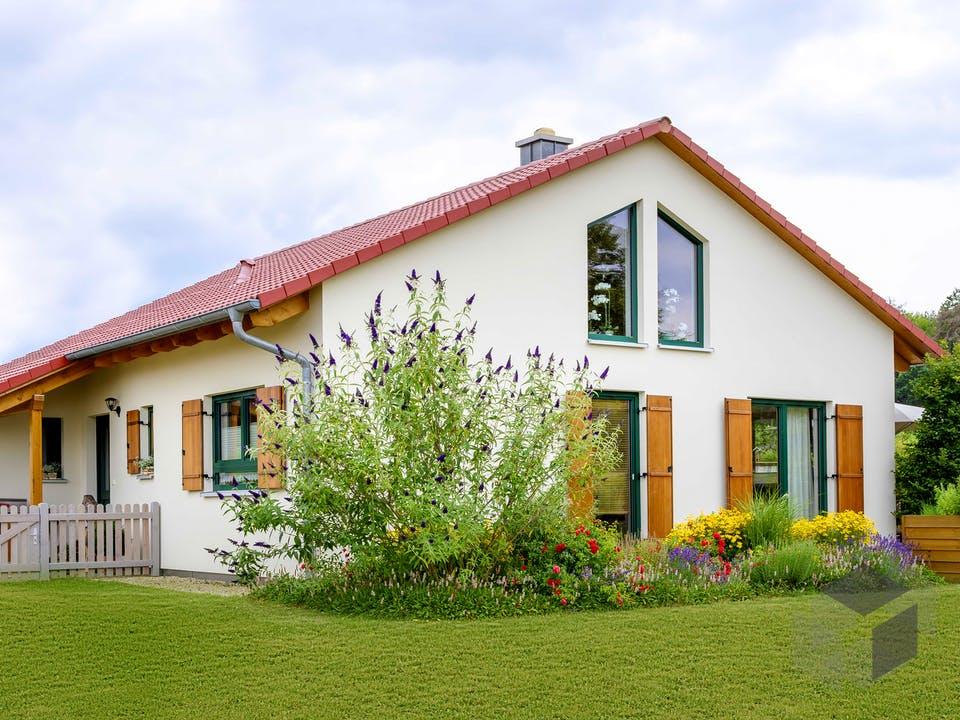 Einfamilienhaus als Bungalow mit Carport & Geräteschuppen von Ziegler Haus Außenansicht