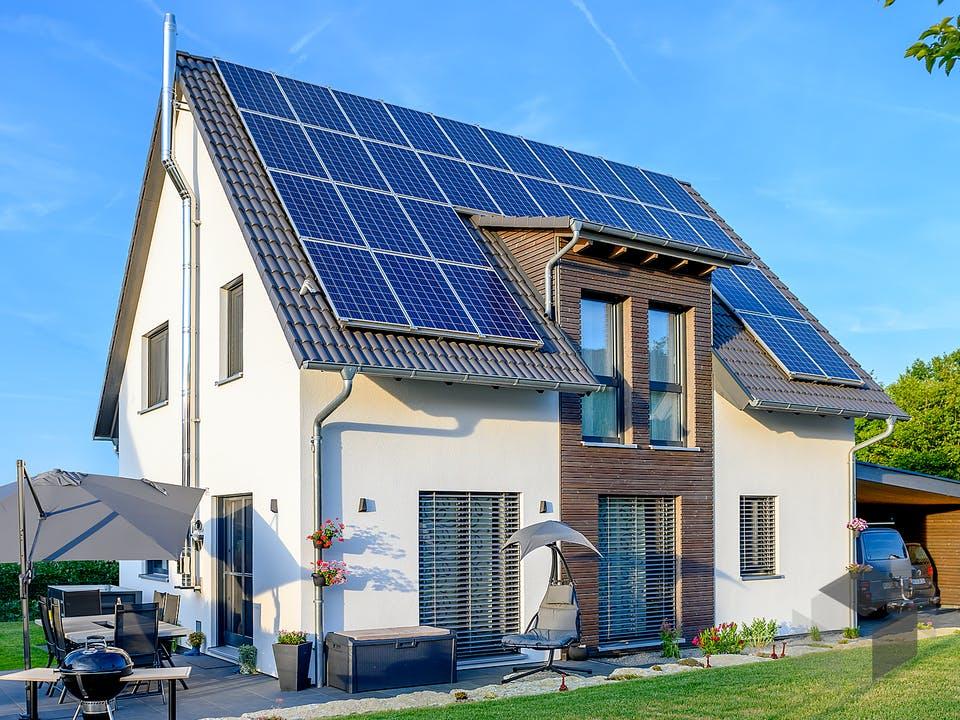 Einfamilienhaus Satteldach mit Carport & Geräteschuppen von Ziegler Haus Außenansicht