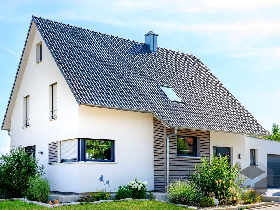 Einfamilienhaus Satteldach mit Doppelgarage von Ziegler Haus Außenansicht