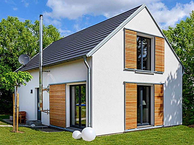 Weißes Satteldachhaus mit Schiebeläden aus Holz von Ziegler Haus
