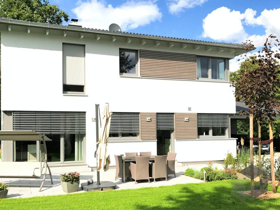 Einfamilienhaus Walmdach mit Carport & Geräteschuppen von Ziegler Haus Außenansicht