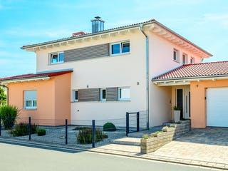 Einfamilienhaus Walmdach mit Doppelgarage von Ziegler Haus Außenansicht 1