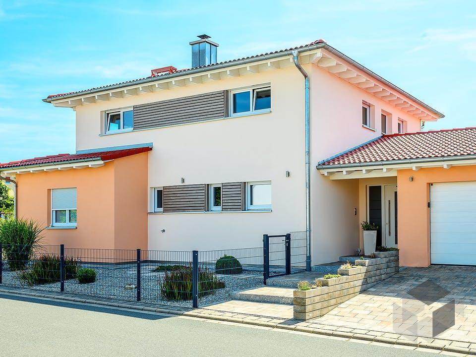 Einfamilienhaus Walmdach mit Doppelgarage von Ziegler Haus Außenansicht