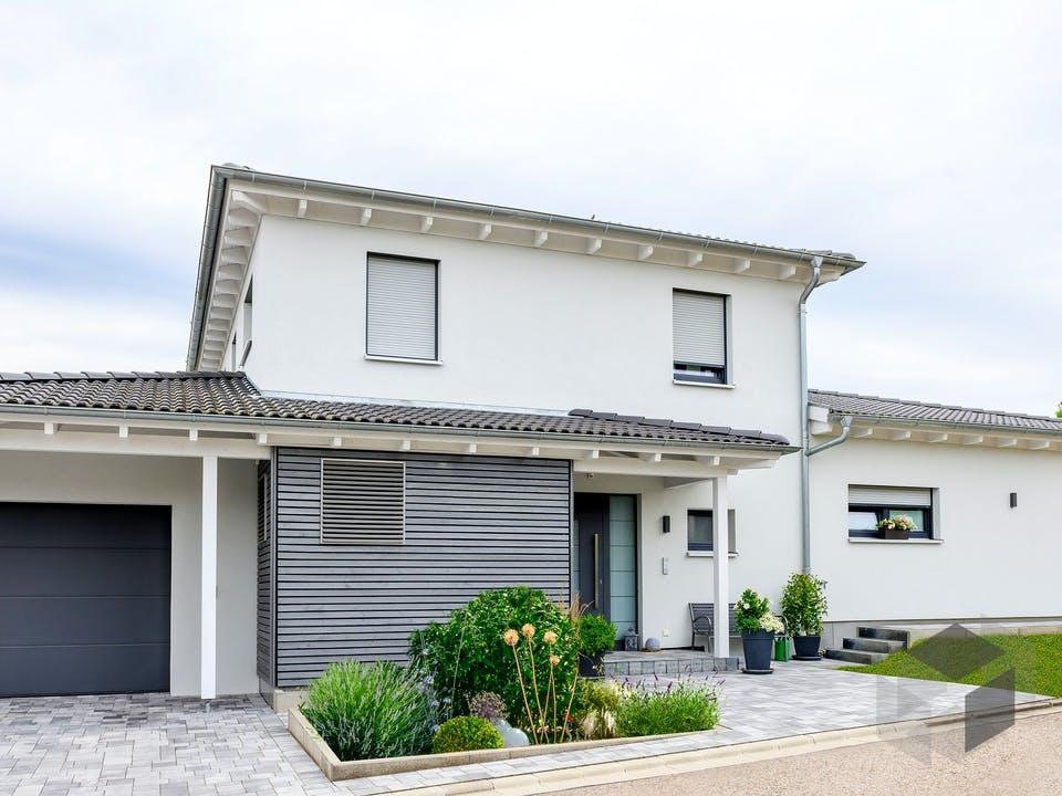 Einfamilienhaus mit Einzelgarage von Ziegler Haus Außenansicht