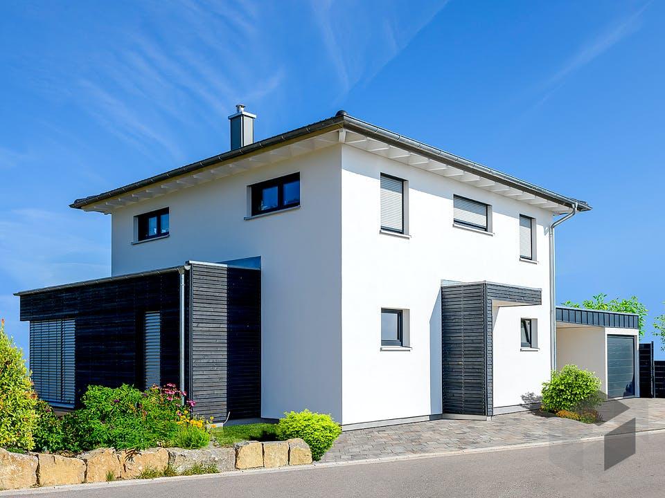 Einfamilienhaus mit Carport & Garage von Ziegler Haus Außenansicht