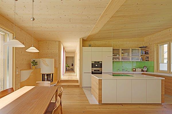 Offene Küche und Essbereich in einem Haus von Zimmerer-Profibau